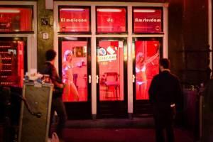 Квартал красных фонарей в Амстердаме может остаться без проституток