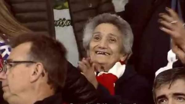 93-летняя фанатка «Атлетико Мадрид» поддержала любимую команду на стадионе