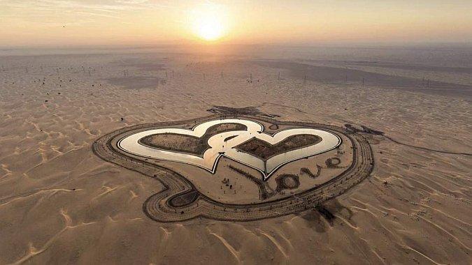 В пустыне возле Дубая появились озера для влюбленных