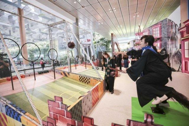 Пассажиры аэропорта Чанги учатся колдовать