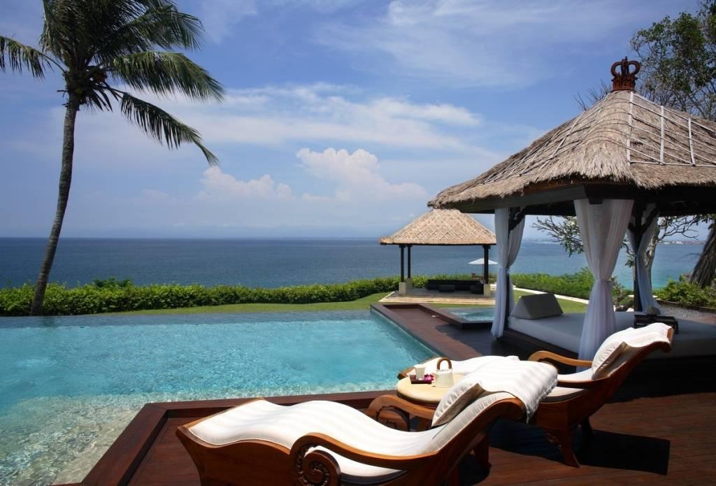 Отель на Бали запретил туристам пользоваться смартфонами у бассейна