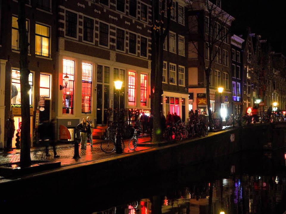Туристы выступили против идеи властей Амстердама перенести квартал Красных фонарей