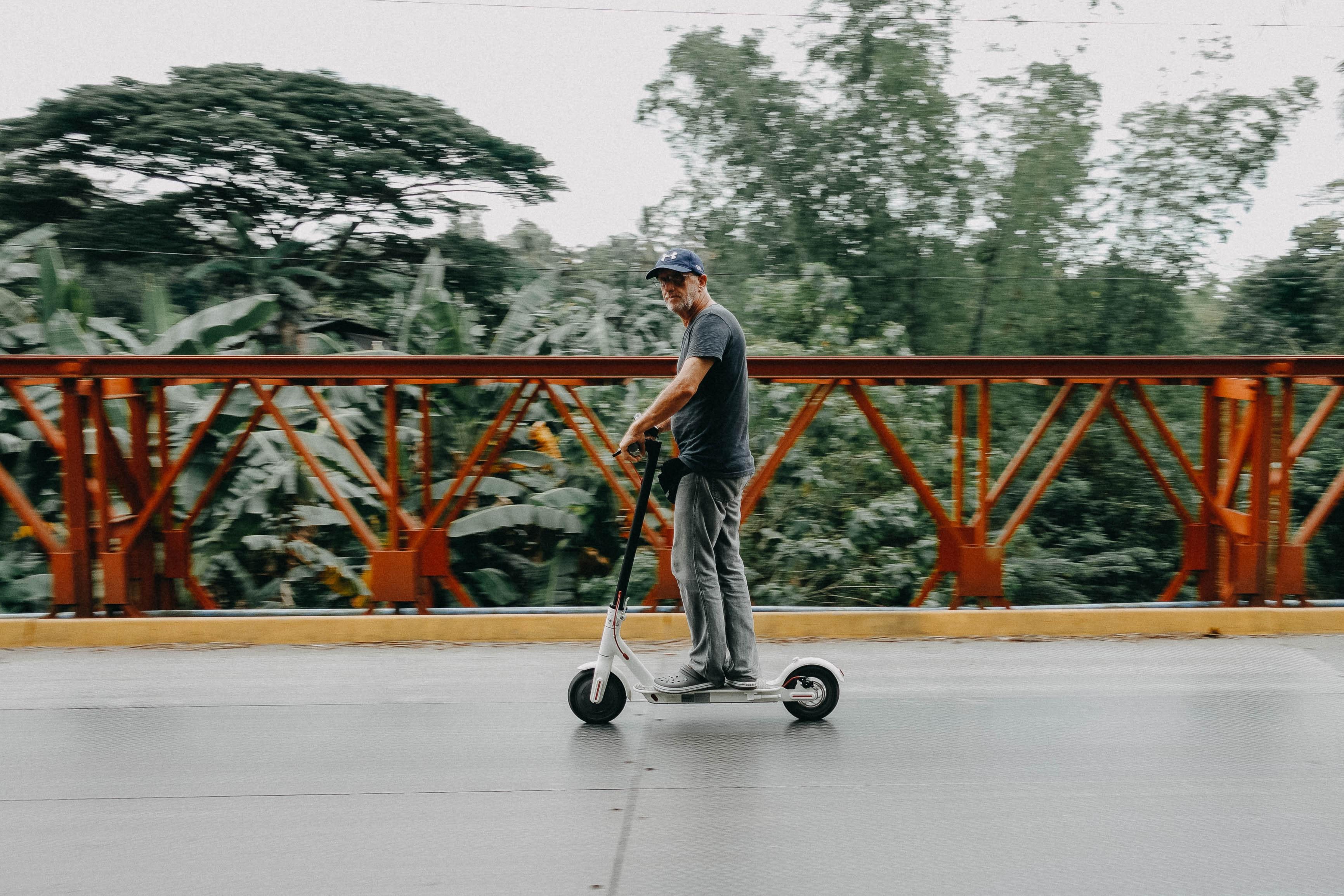 На самокатах по тротуарам можно будет ездить с максимальной скоростью в 25 км/ч
