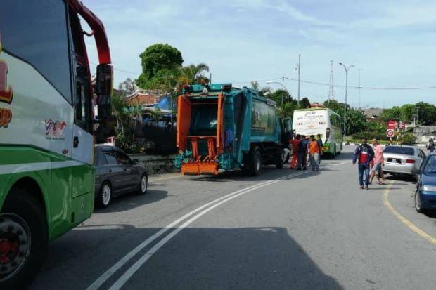 Мусоровоз перерубил туристку на две части в Малайзии