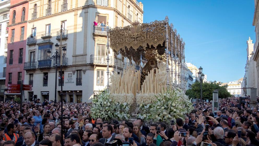 Шествие с фигурой Богоматери Эсперанса де Триана собирает в Севилье 285 000 человек
