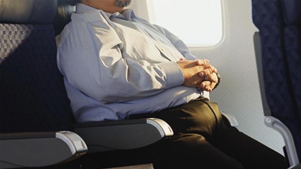 Туриста заклинило в самолёте из-за толстого соседа, теперь он судится с British Airways