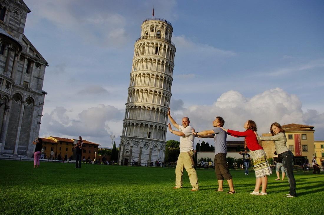 Соцсети шутят: Пизанскую башню выпрямили туристы