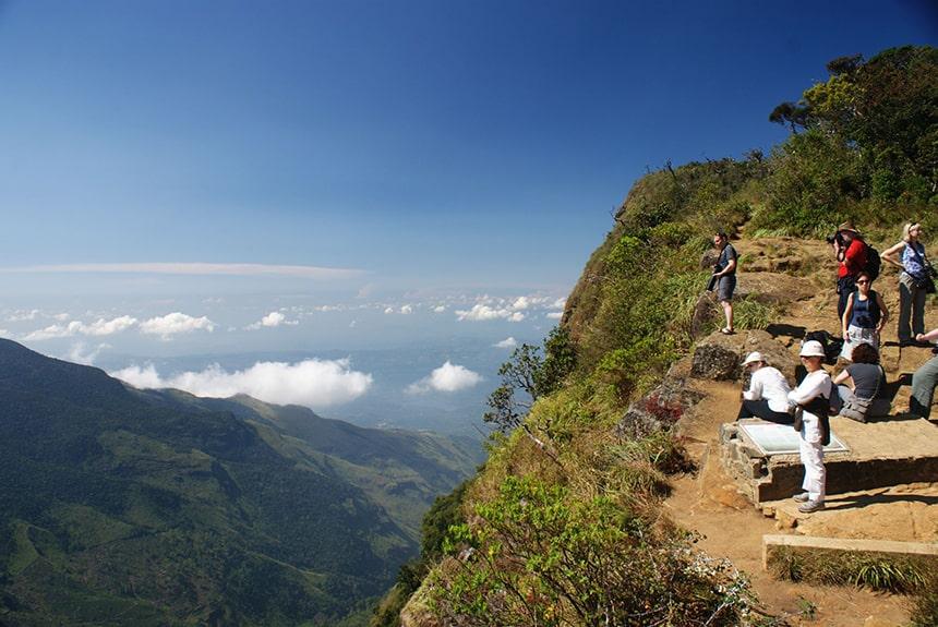 На Шри-Ланке туристка упала с обрыва 1200 м, пытаясь сделать селфи