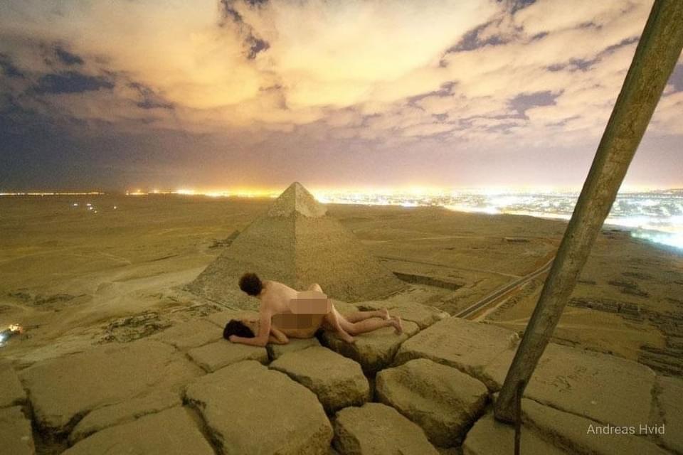 В Египте арестовали гида и погонщика верблюда за помощь туристам в съемке секс-ролика на Пирамиде Хеопса