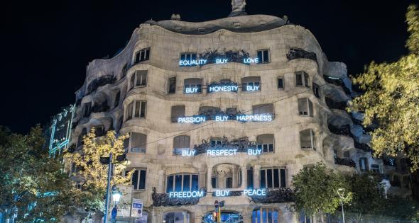 На фасаде дома La Pedrera появилось самая необычная новогодняя подсветка