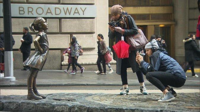 Девочке с Уолл-стрит, которая не боится быка, нашли другое место