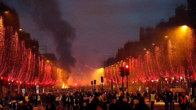 Революция выходного дня под Эйфелевой башней и сорванные праздники