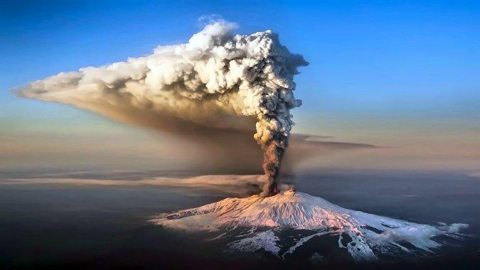 На Сицилии началось извержение Этны, закрыт аэропорт Катании
