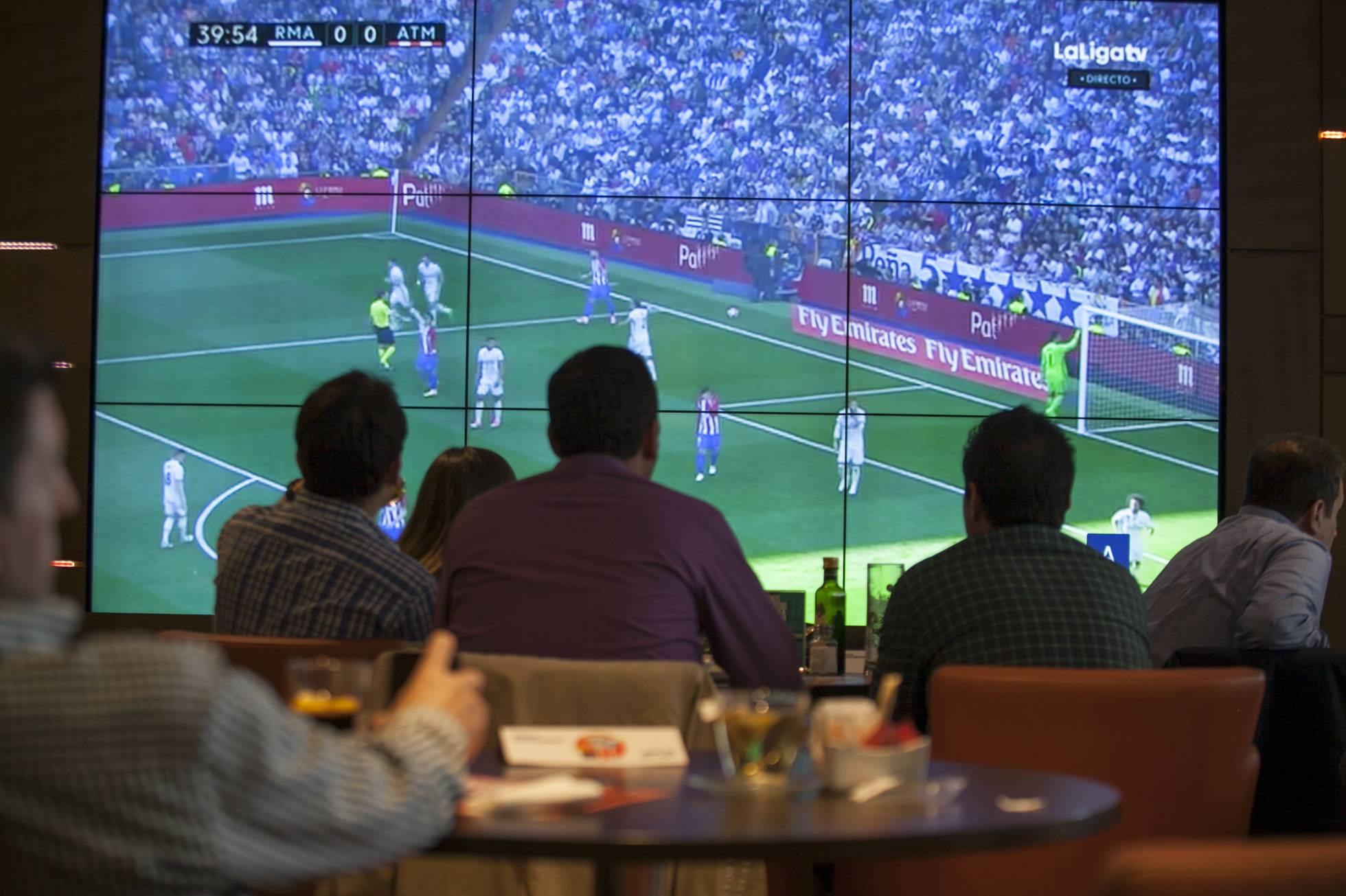 Национальная полиция обнаружила 800 баров, нелегально транслировавших футбольные матчи