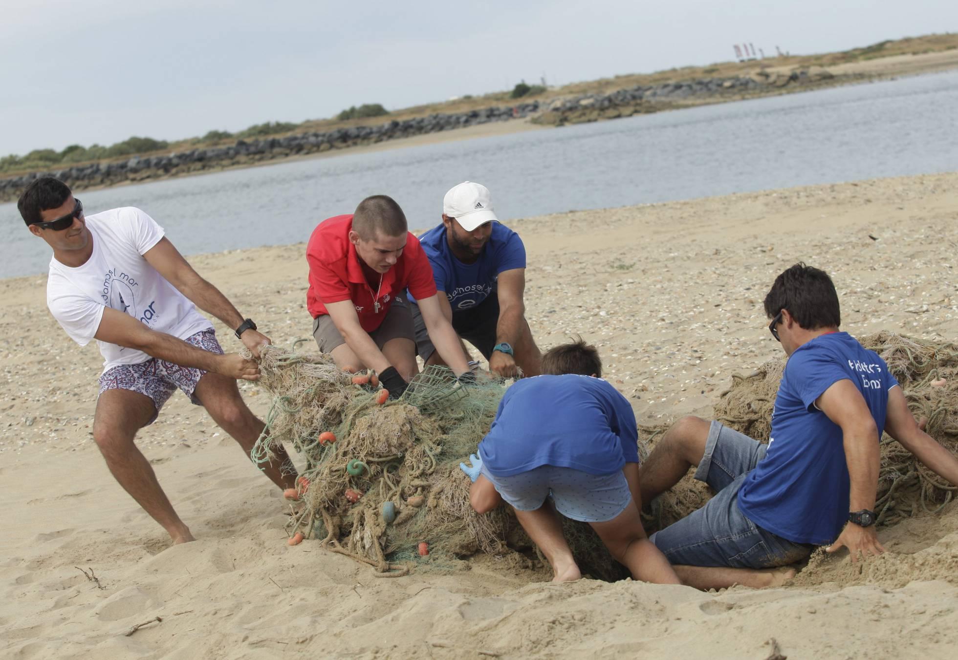 Волонтеры очищают от мусора побережье Испании