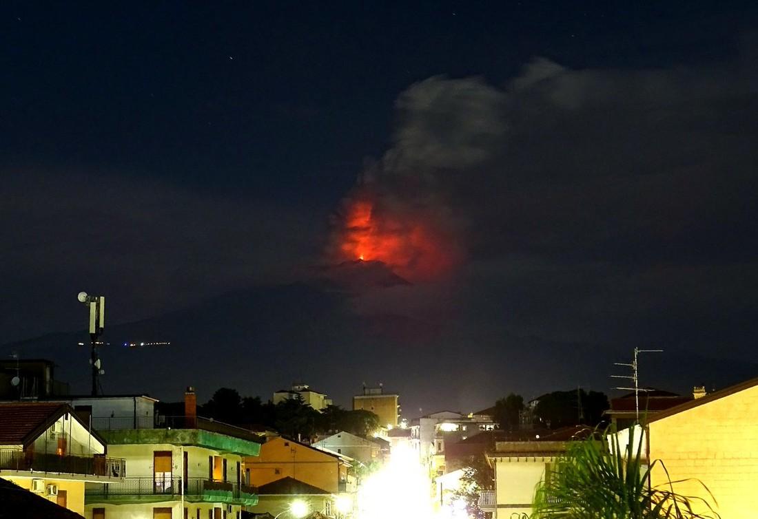 Реки горящей лавы: на Сицилии «проснулась» Этна, туристов призывают следить за статусом рейсов