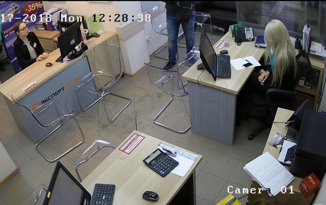 Разбойник с пистолетом напал на два турагентства Санкт-Петербурга