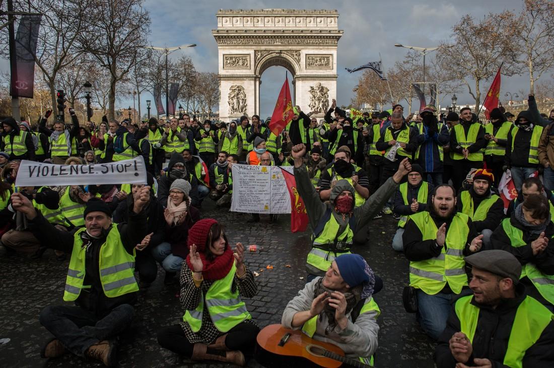 Во Франции объявили чрезвычайное положение, но реальные отмены туров единичны