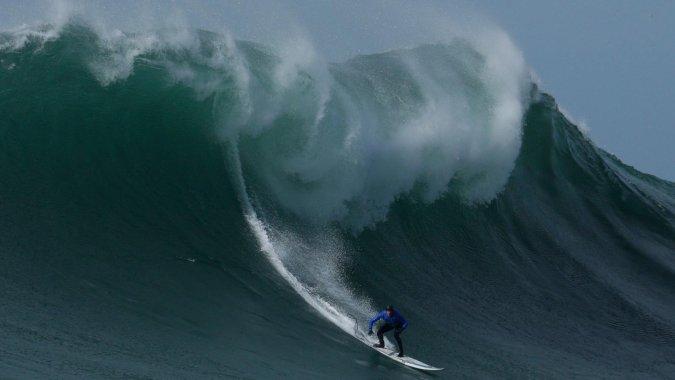 Фестиваль серферов Mavericks отменен из-за гигантских волн: видео