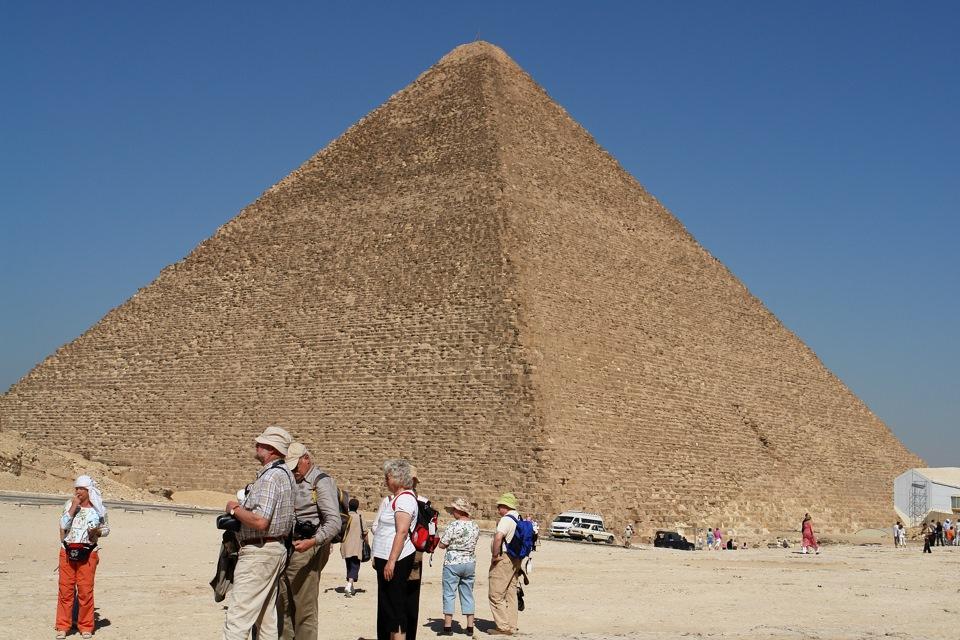 Туристу грозят прокураторой за порно на вершине пирамиды Хеопса