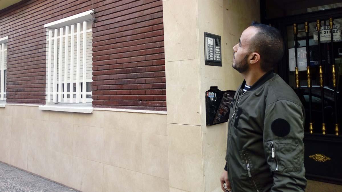 Молодой марокканец взобрался на здание, чтобы спасти женщину