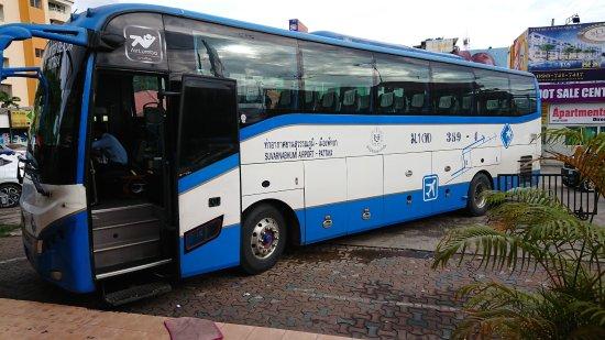 Туристический автобус задавил туриста в Таиланде
