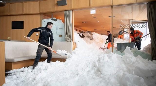 Лавина накрыла отель в Альпах