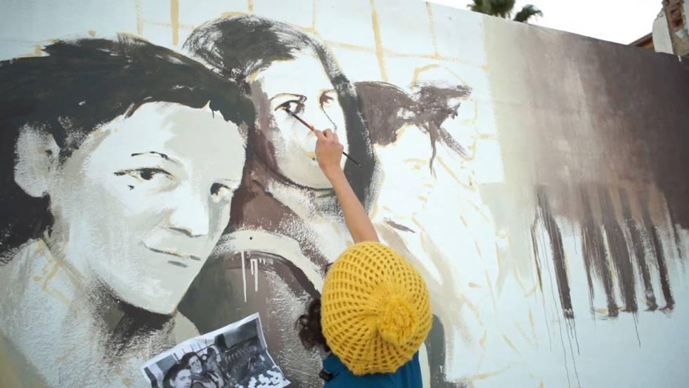 Художники создают граффити о женщинах-рабочих
