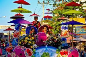 На укол зонтиком в тайский Бо Санг съедутся туристы со всего мира
