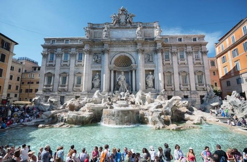 За монеты, брошенные туристами в фонтан Треви, вспыхнула битва между Ватиканом и мэрией Рима