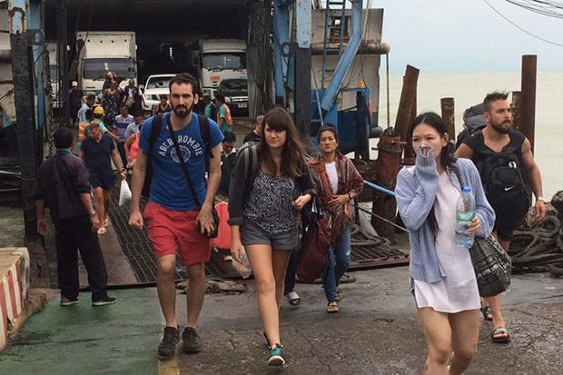 Десятки тысяч туристов покинули курорты из-за шторма на юге Таиланда