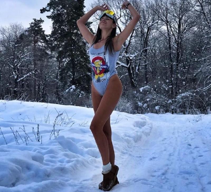 Голая реклама: хозяйка турагентства прошла в купальнике по морозному городу