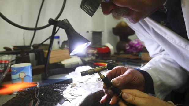 Ювелир из Кадиса учит будущих молодоженов делать обручальные кольца
