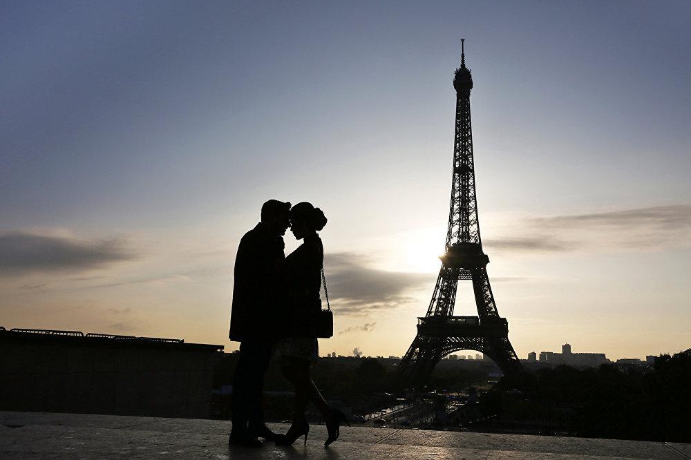 Туристам пригрозили «развратной» статьей за секс на Эйфелевой башне
