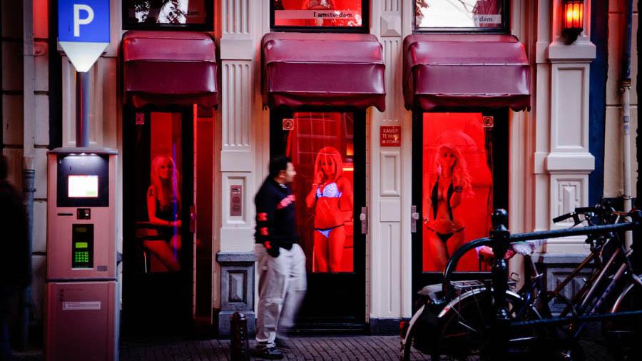 Власти Амстердама запретят туристам экскурсии в квартал Красных фонарей