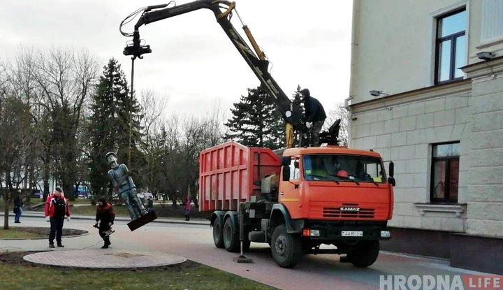 В Гродно пропала скульптура туриста. Куда она подевалась - неизвестно