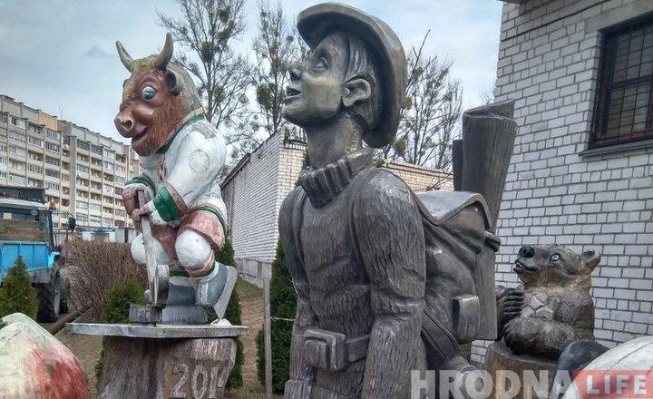 Гродненского «туриста» временно переселили к деревянному «хоккейному» зубру Валере