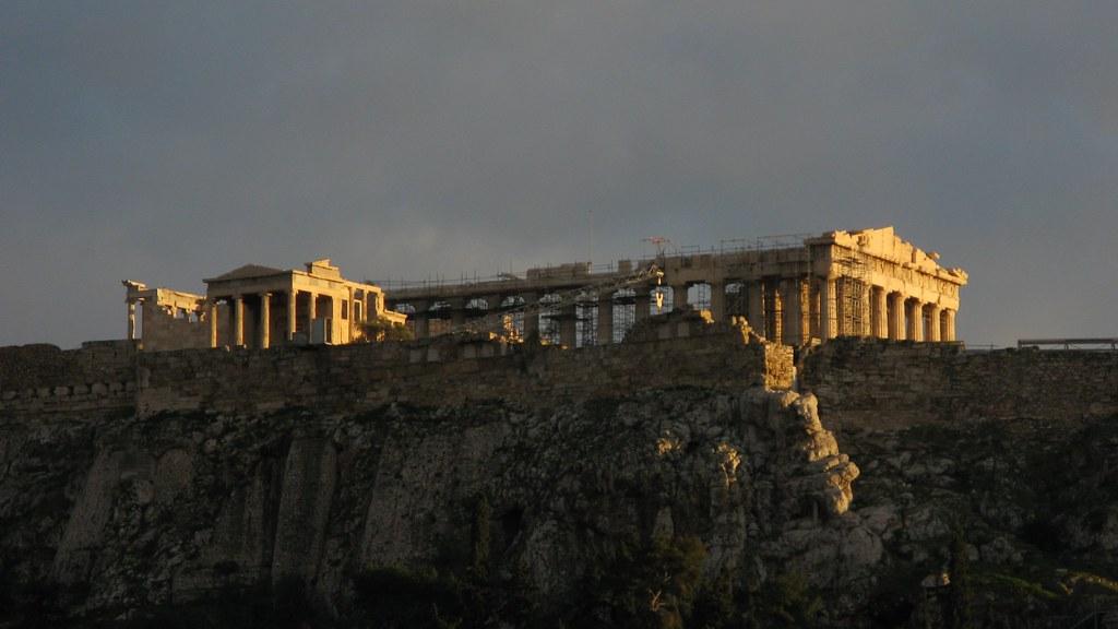 В Афинах молния ударила в Акрополь, пострадали туристы