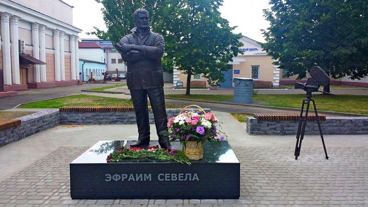 Памятник Эфраиму Севеле в Бобруйске. Фото: Олег Клейнов, bobr.by
