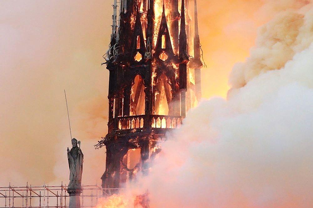 Сгорела одна из главных достопримечательностей Парижа - Нотр-Дам-де-Пари: ФОТО
