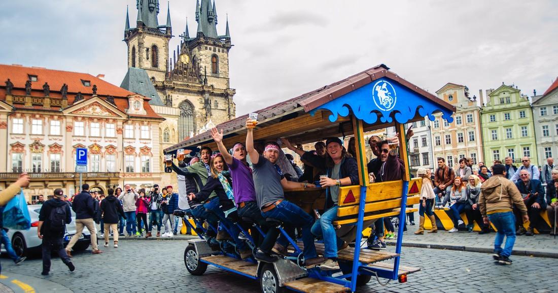 В Праге планируют запретить экскурсии на пивных велосипедах