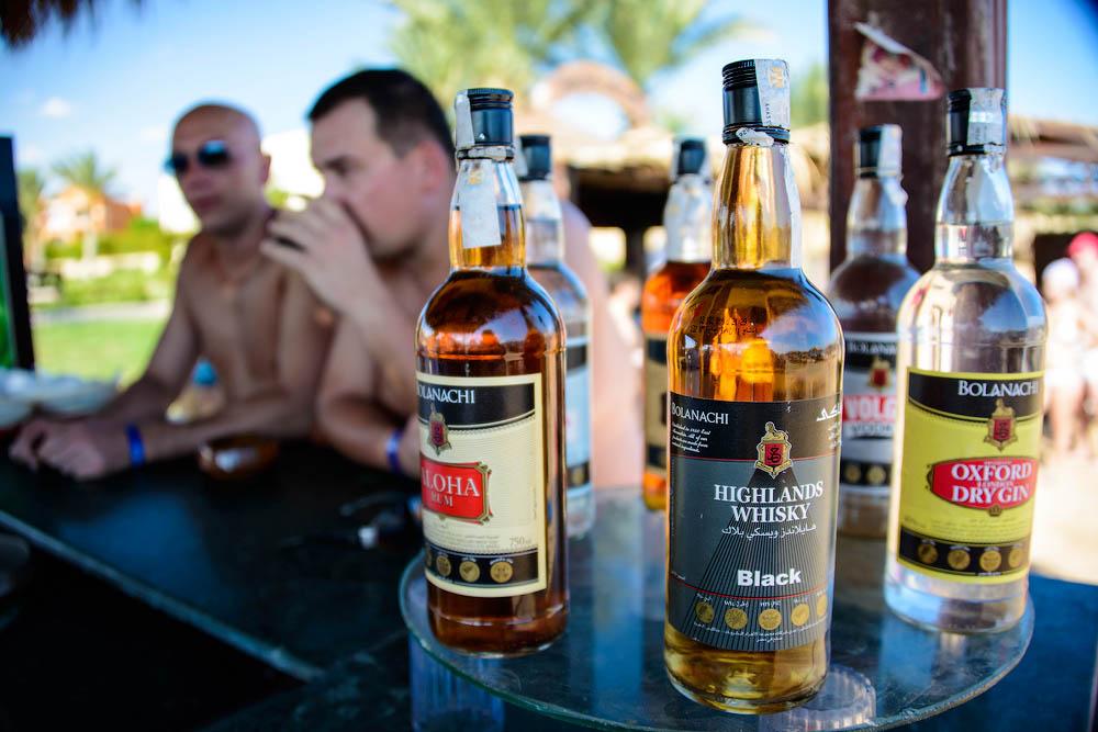 Российских туристов в соотечественниках раздражает любовь к алкоголю и недоброжелательность