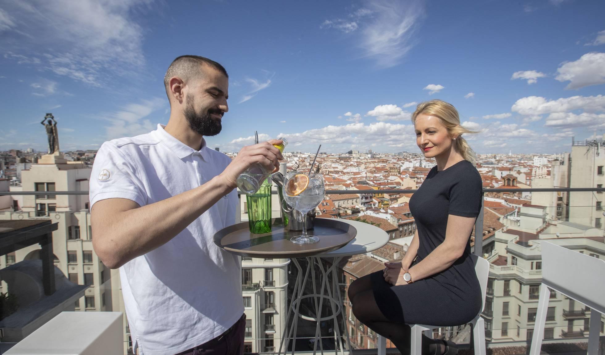 Новая модная тенденция Мадрида: джин-тоник на крыше