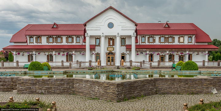 Культовая «Корчма» под Могилевом продается - вместе с «деревней мастеров» и мельницей. Узнали подробности