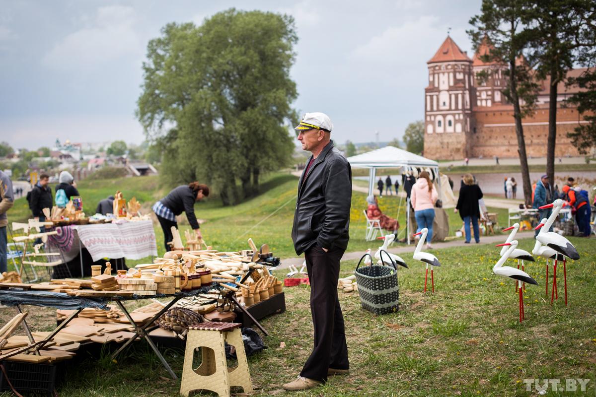«У вас тут прям Европа!» Мирский замок заполонили россияне, приехавшие к нам на майские