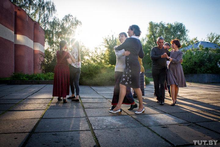 Могилевчане танцуют белорусские народные танцы около музея этнографии. Фото: Анжелика Василевская, TUT.BY