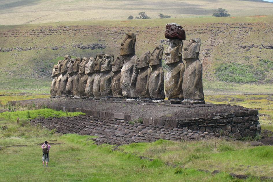 На острове Пасхи туристам запретят ковыряться в носу статуй
