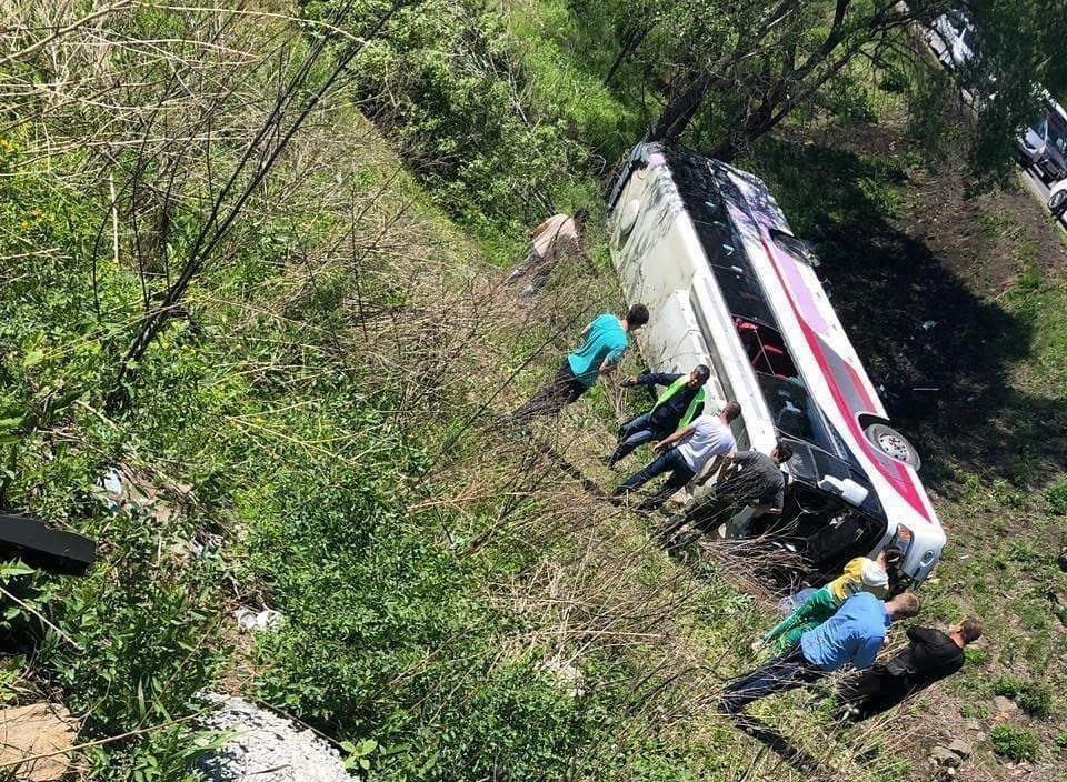 В Приморье перевернулся автобус с китайскими туристами, двое погибли