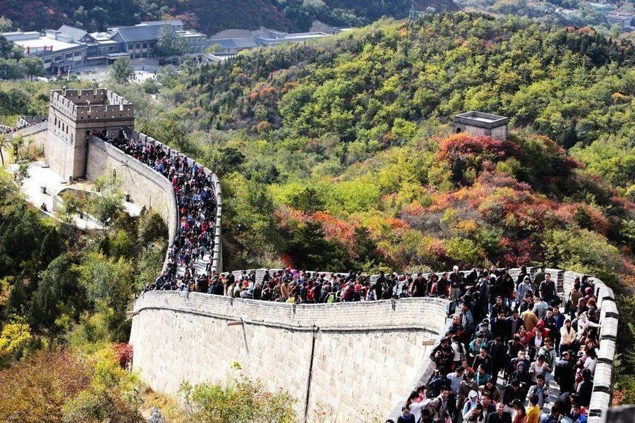 Овертуризм шагает по планете: Пекин ограничил доступ туристов на Великую Китайскую стену