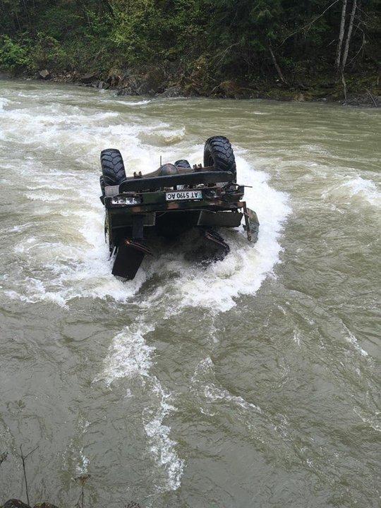 В Карпатах грузовик с белорусскими туристами с высоты упал в реку. Трое погибли